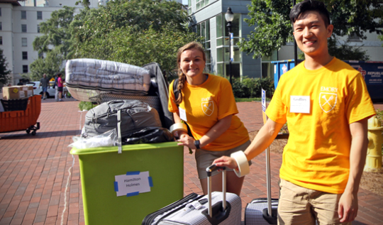 Orientation leaders help students move into residence halls